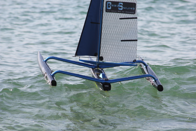 trimaran RC sur une vague